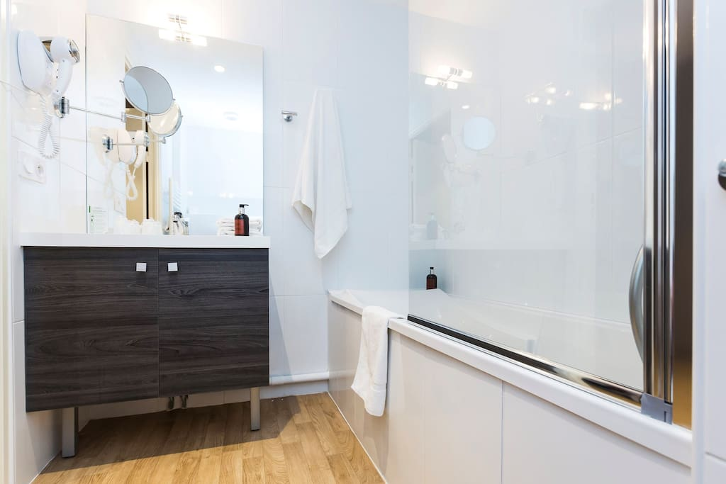 The bathroom comes equipped with a hairdryer, make-up mirror, and a bathtub for you to soak in after a day spent visiting the nearby museums!