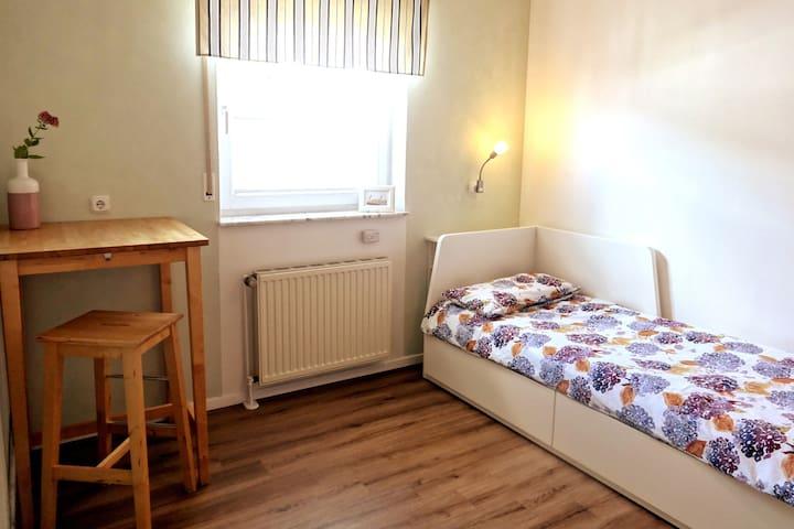 Privates Zimmer mit eigenem Bad und Kühlschrank