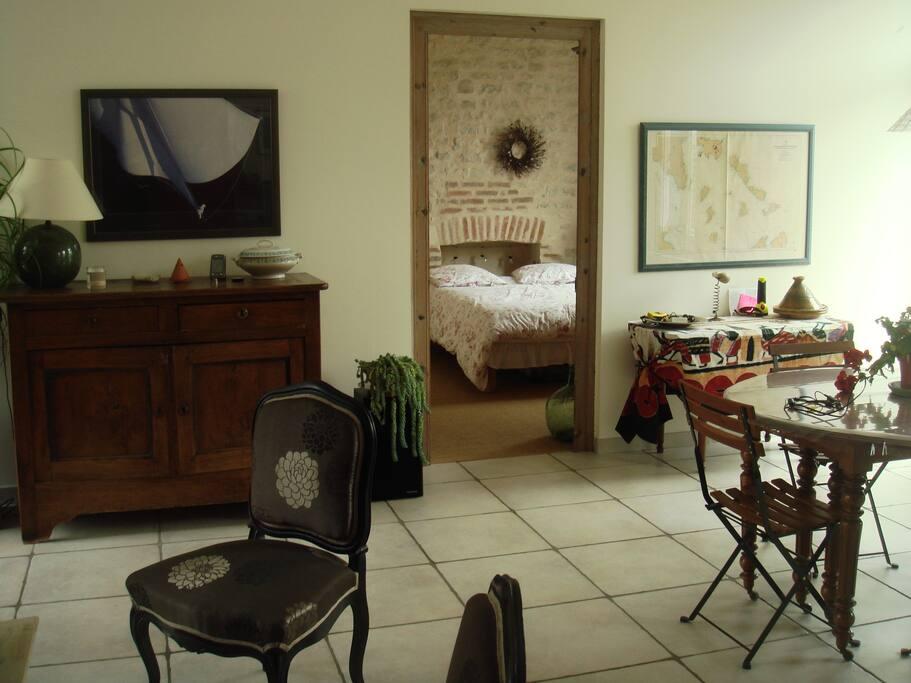 Des rangements pour la vaisselle : un buffet et un placard intégré dans un mur