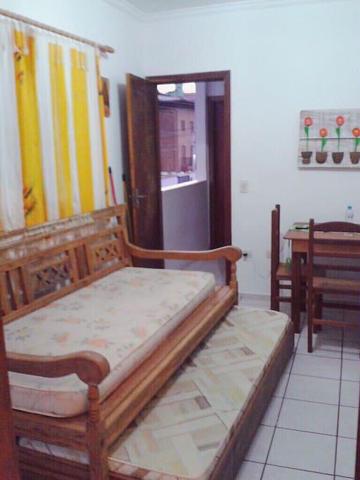 Sala mostrando a disposição da chaise e bicama