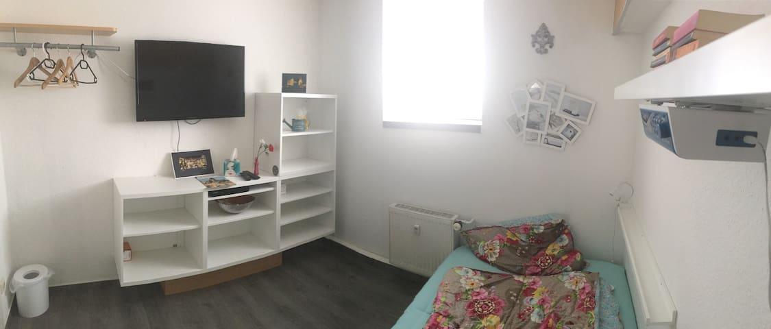 Kleines gemütliches Zimmer in WG