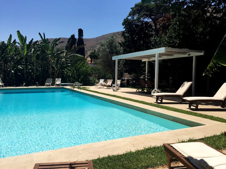 Fantastic pool - huge 10,000 exclusive garden