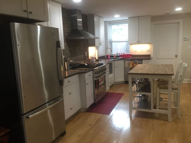 2 bed 2 bath, private yard and very close to Path - Hoboken - Lakás