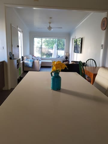 Cosy 3 bed family home with gardens close to beach - Chifley - Huis
