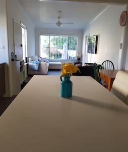 Cosy 3 bed family home with gardens close to beach - Chifley - Haus