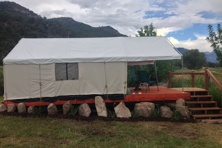 Glamping Tent Getaway with Mtn View - Ridgway - Hutte