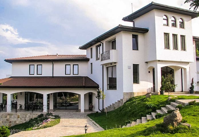Picturesque Villa With Amazing Mountain Panorama