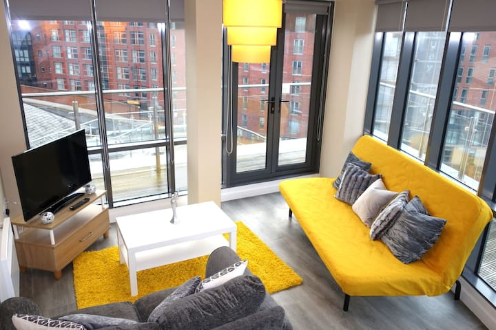 Leeds Elegant Penthouse 2 Bed 2 Bath & Parking