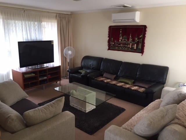 Rooms to rent in Castle Hill