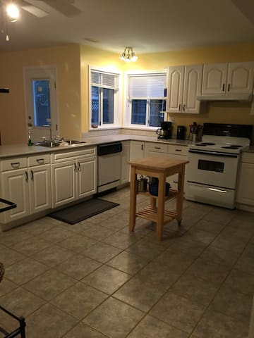 Big, bright 2 bdrm apt in Westview - Powell River - Lain-lain