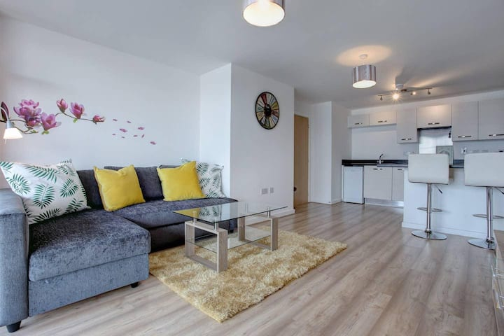 Ideal for contractors, discounted longer stays at Riverside Flat w/ Private Balcony