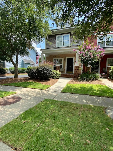 Quiet townhome w/ pool; close to USC & Ft. Jackson