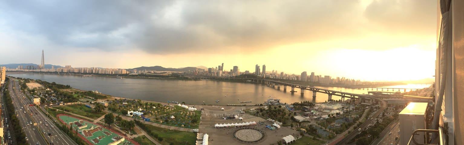 아름다운 한강의 석양이  파노라마로 보이는 아파트집 전체 - 서울특별시 - Pis