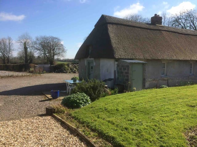 Relax in a 5*Thatched cottage by wood stove 2 dbl