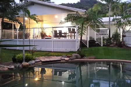 Laid back & relaxed tropical living - Whitfield - 一軒家