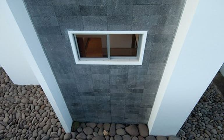 Stone gardens inside and out, to provide balance between the house and the absorbent outdoor.