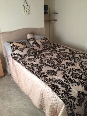 Double room in a quite house - New Bradwell - Dom