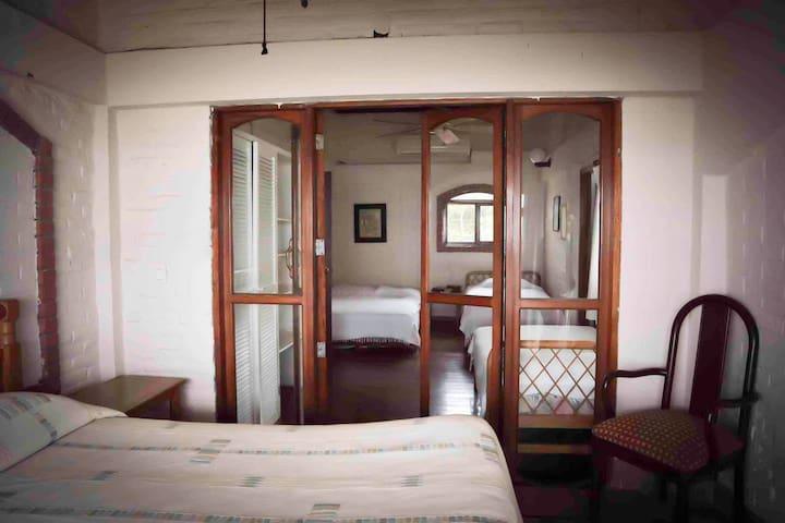 Habitación 2 mirada desde la cama queen, de la cama full y dos twin