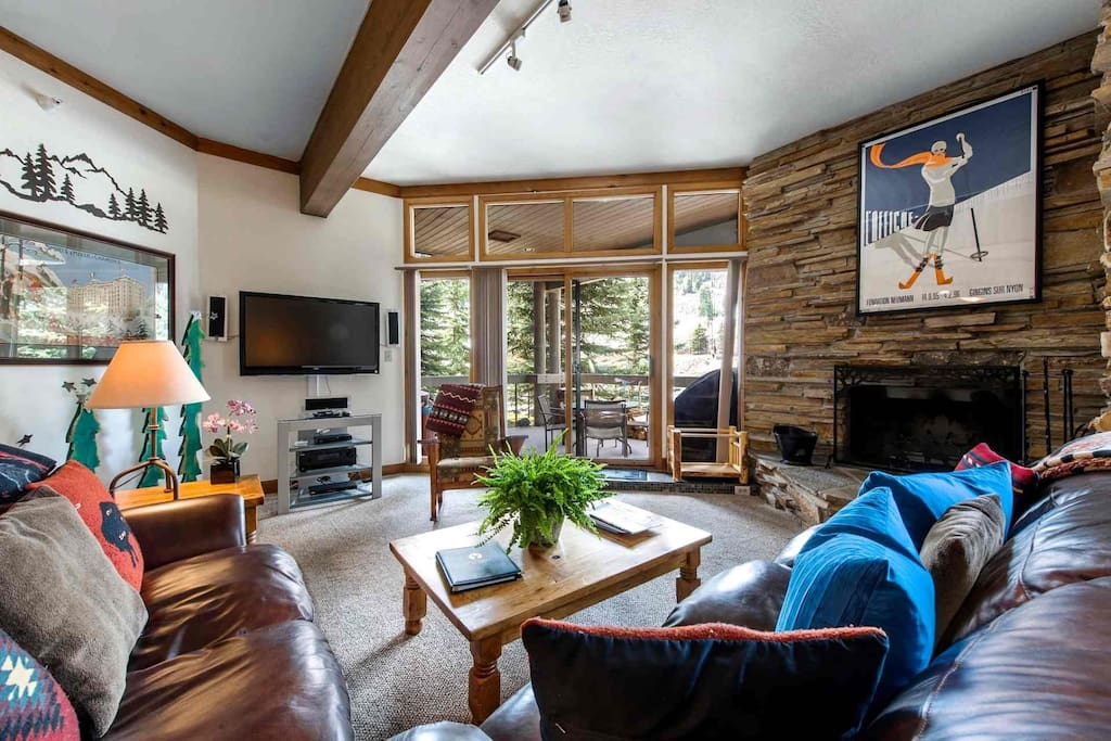 Deer Valley Powder Run features 2 Bedrooms, 2.5 Bathrooms, gourmet kitchen and private hot tub on the patio overlooking the ski slopes.