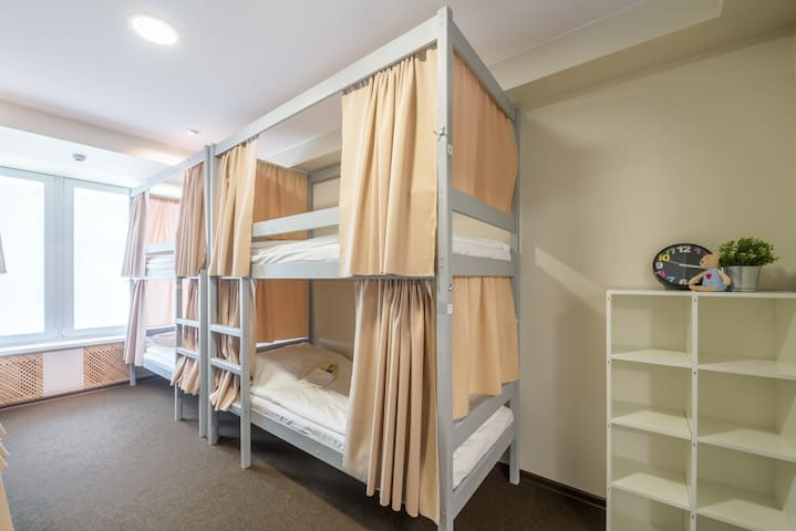 Кровать в мужском 6-местном номере