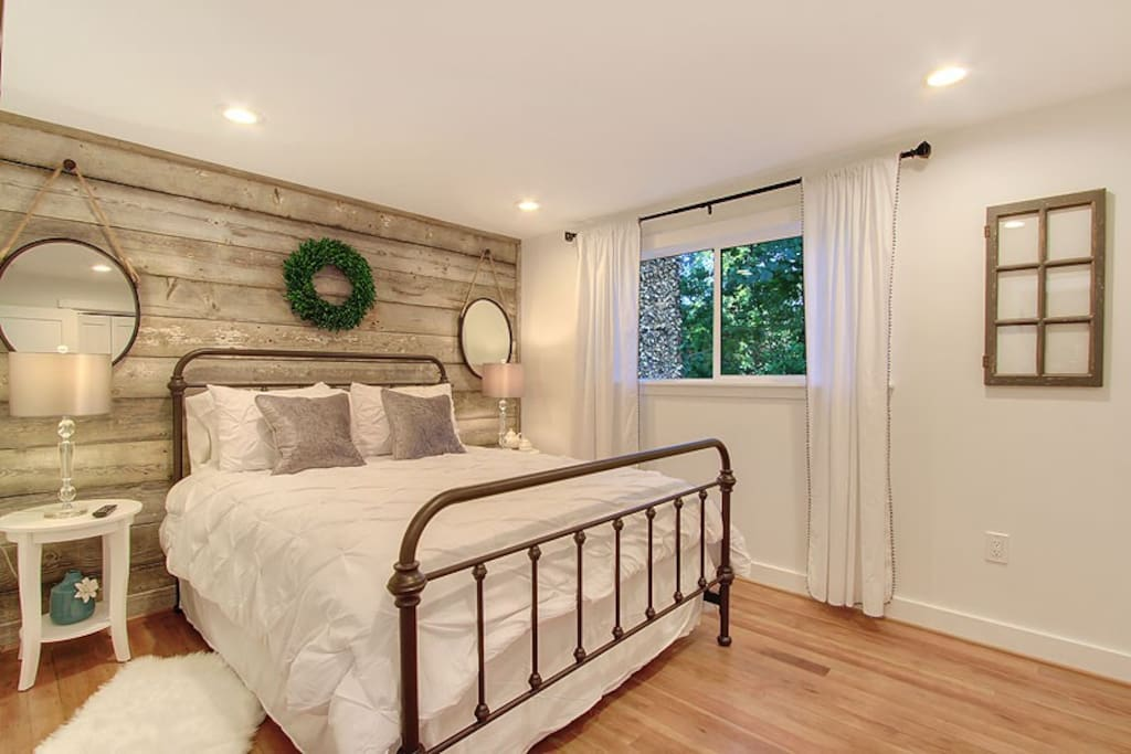 Barn Board Paneling, Smart TV, New Queen Bed and Mattress, Good Closet Space.