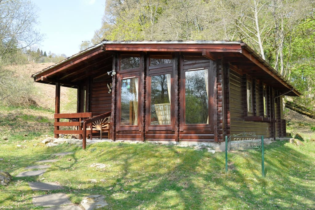Country retreats log cabin at butterstone chalet in for Persiane delle finestre di log cabin