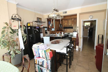 Spacious in-law apt w/kitchen on Lake Murray - Casa