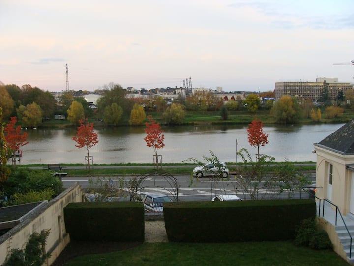 BORD DE MAINE appartement  60 m2 centre ville -CHU