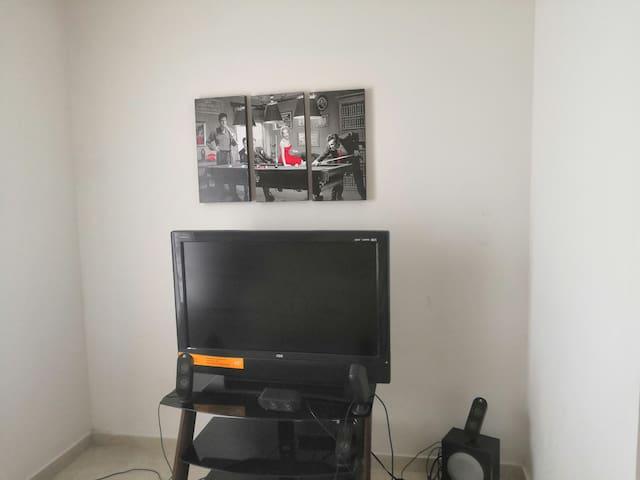 Cuarto de TV con magacable paquete básico