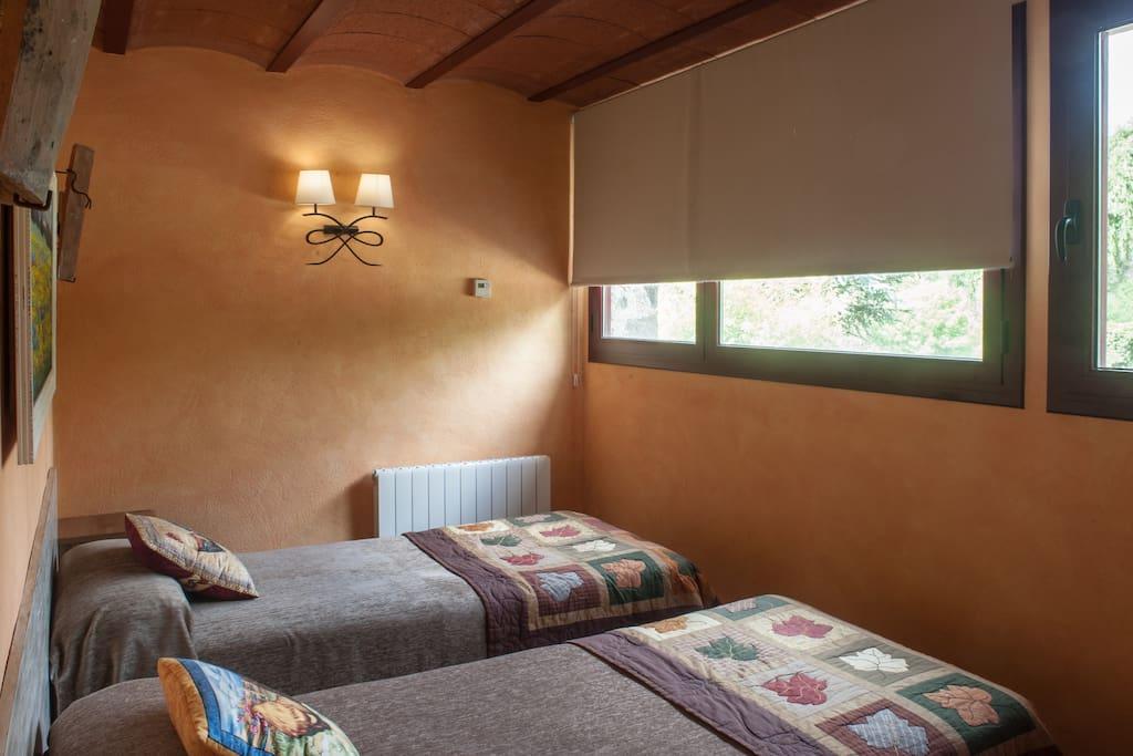 Habitació doble amb 2 llits individuals. LLençols inclosos