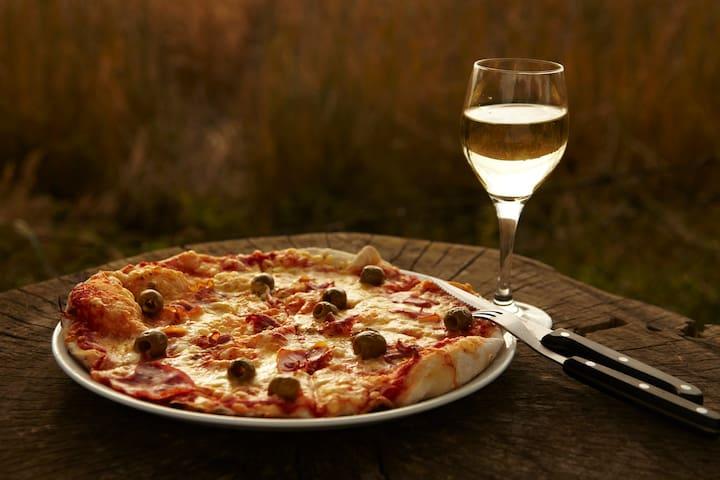 Frisch zubereitete Steinofen-Pizza - legendär...