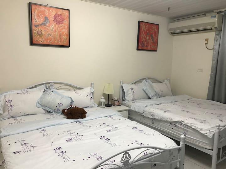 莉莉浪漫民宿~6人房、3張雙人床、獨立衛浴、近火車站、夜市、阿里山公車站、高鐵BRT站、背包客首選~