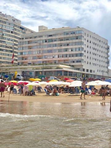 Frente a la playa Brava  con balcon