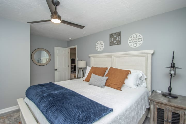 3rd bedroom on ground level with king size bed.