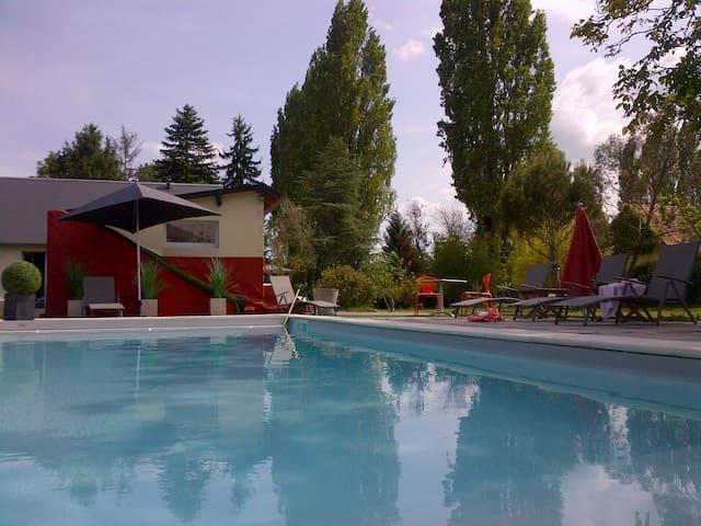 hébergement au calme dans la verdure avec piscine - Saint-Avertin - Villa