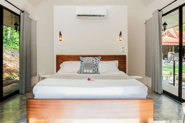 King size beds in each cabina