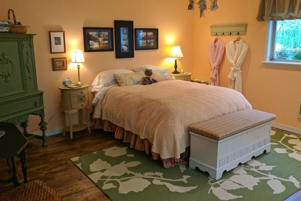 Comfy queen bed with very nice linens and down comforter.
