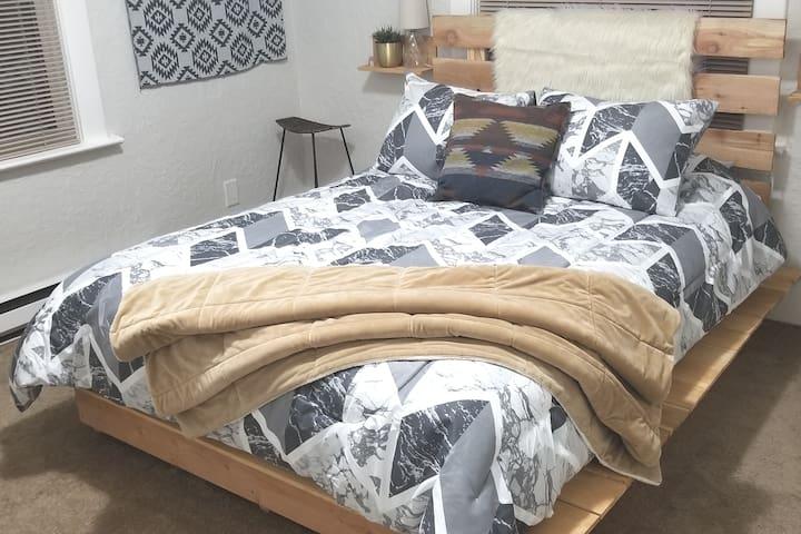 Cozy, light & bright Pacific Northwest style room
