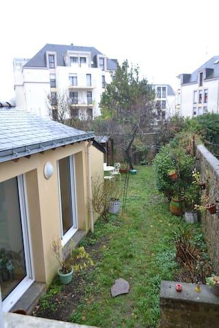 Studio, dans maison de ville, sur Jardin. - Lorient - Hus
