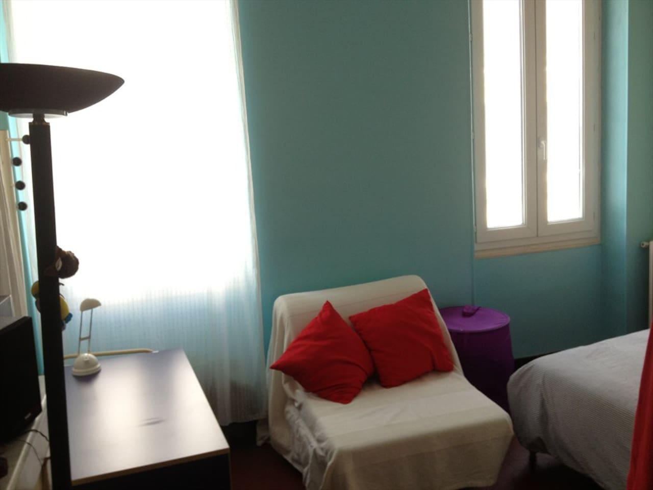 chambre bleue un lit deux places, fenêtres sur rue