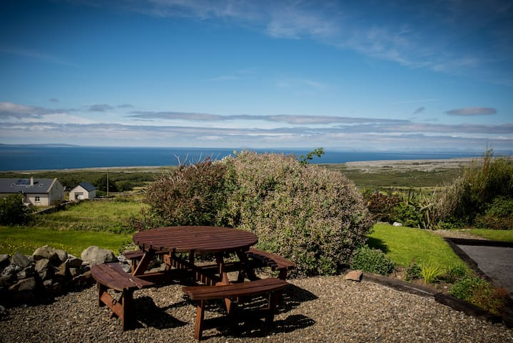 Fuschia cottage with amazing ocean views/sunsets