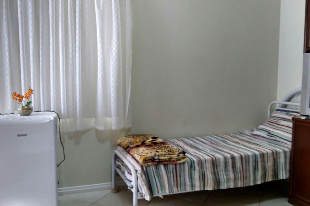 Distribuição das camas e geladeira no quarto