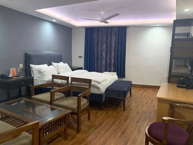 印度新德里北Majnukatilla空调双人大床房带会客区域  毗邻地铁 可带接送机向导服务