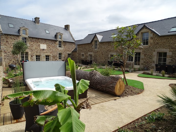 Foyer Douillet : cottage with pool and SPAs