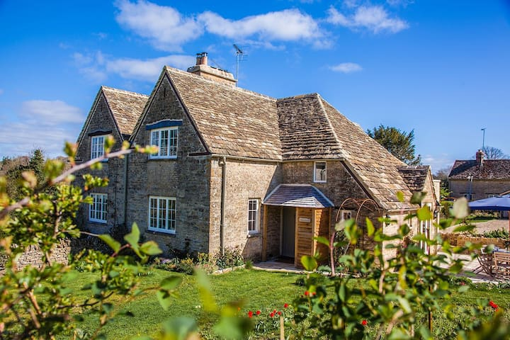 Stunning Cotswold stone cottage with wood burning stove, nestled in the Bathurst Estate, within a short walk to the village pub