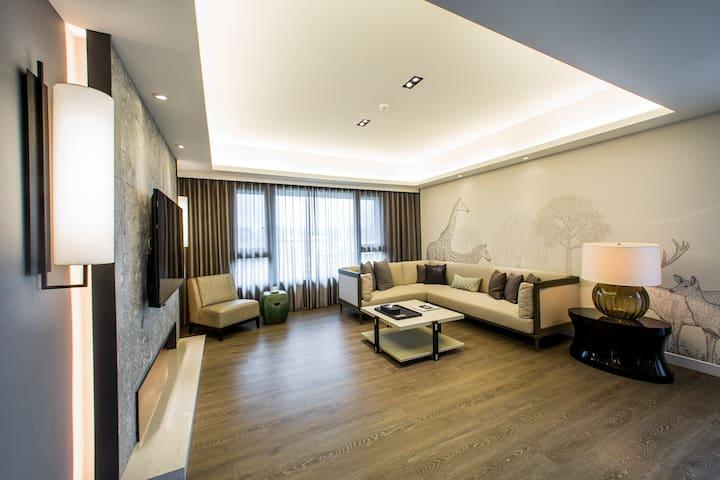 景觀豪華公寓(7樓)適合4-8人住宿,搭車5分鐘到101大樓,,室內180平方公尺大空間