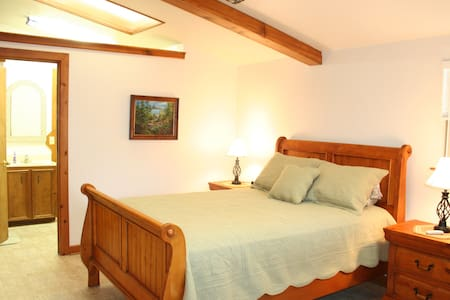 DUBL-C Guesthouse | 1 Mile from Guadalupe River
