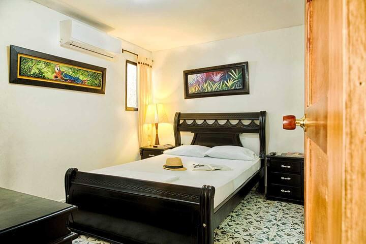 Habitación privada en hostal limpio y acogedor.