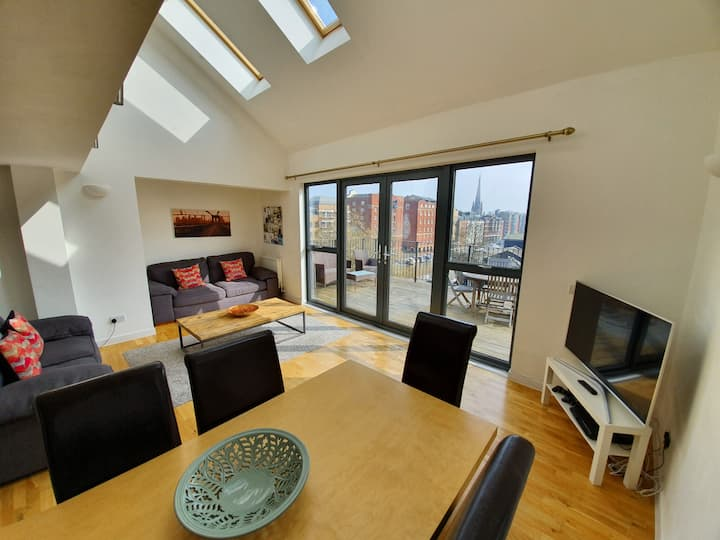 Stylish city centre Penthouse Apartment + parking