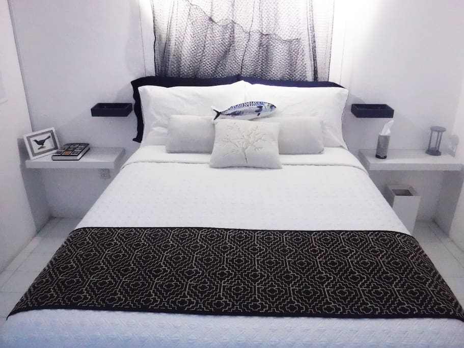 Comfortable and chic bedroom with brand new full size bed, remote controlled A/C and convenient bedside reading lamps on each side. / Chic y confortable habitación con una magnifica cama matrimonial, aire acondicionado accionado con mando a distancia y lámparas de lectura a cada lado.